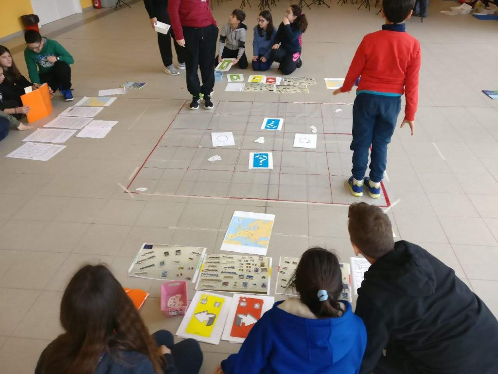 bambini che giocano con il coding unplugged nella scuola elementare di Cori