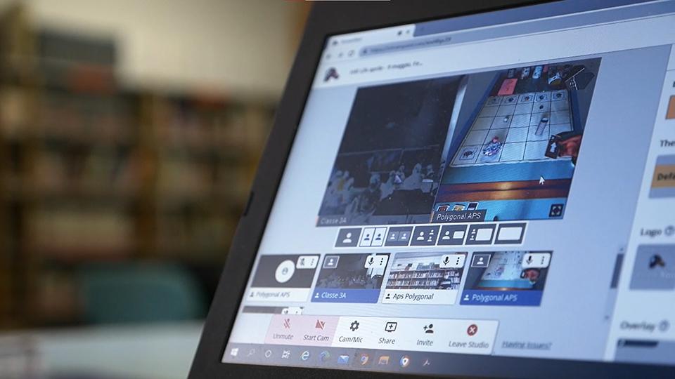 schermo con una partita mediante coding unplugged per insegnare il pensiero computazionale ai bambini in didattica a distanza