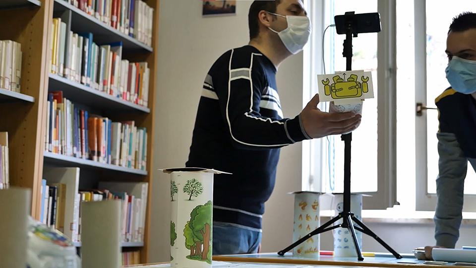 educatori mentre effettuano una partita mediante coding unplugged per insegnare il pensiero computazionale ai bambini in didattica a distanza