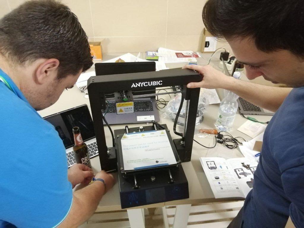 giovani che lavorano con stampante 3D per la prototipazione di materiale