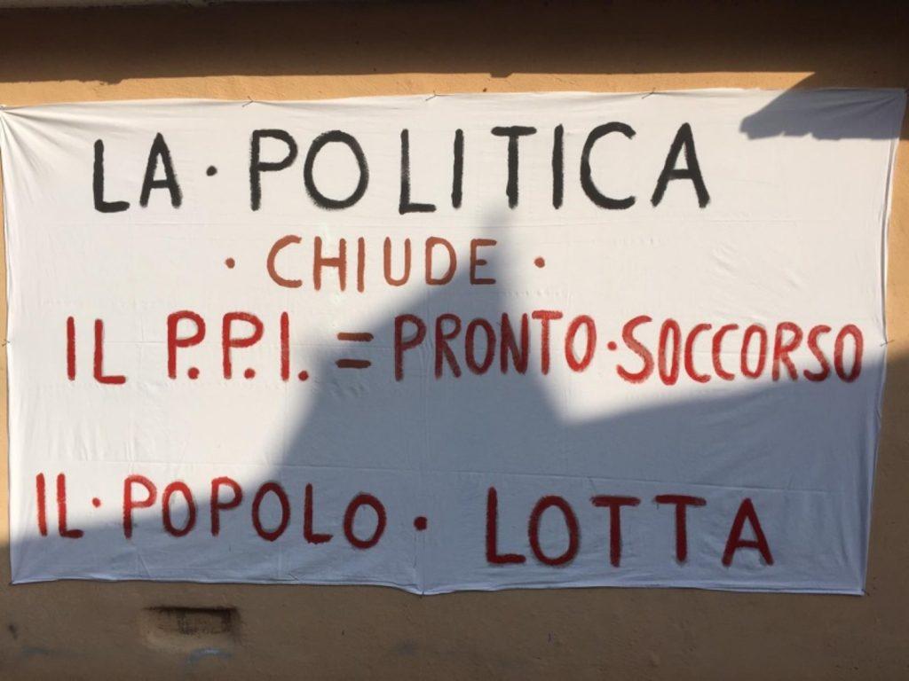 giornata di manifestazione in piazza con anziani per l'apertura dell'ospedale - pronto soccorso - manifesto affisso sul muro