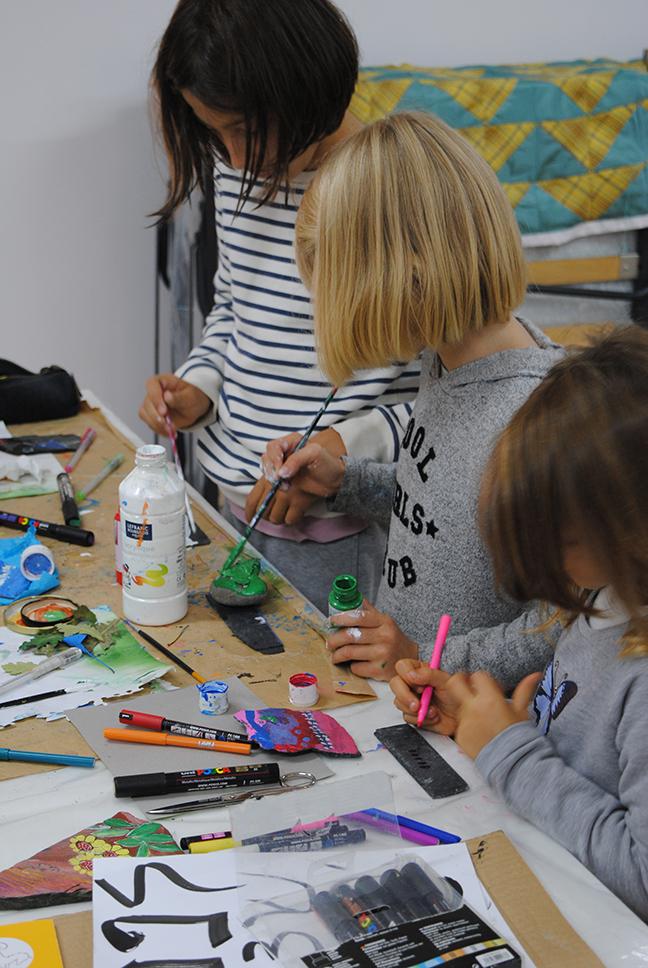 bambini che disegnano e fanno laboratori creativi