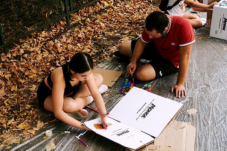 educatori e bambini che costruiscono il Pedibus (o Piedibus) a Cori con materiale di riciclo