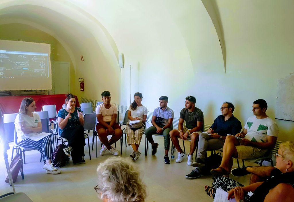 giovani che discutono le proprie idee durante il concorso Open Cori per la raccolta fondi