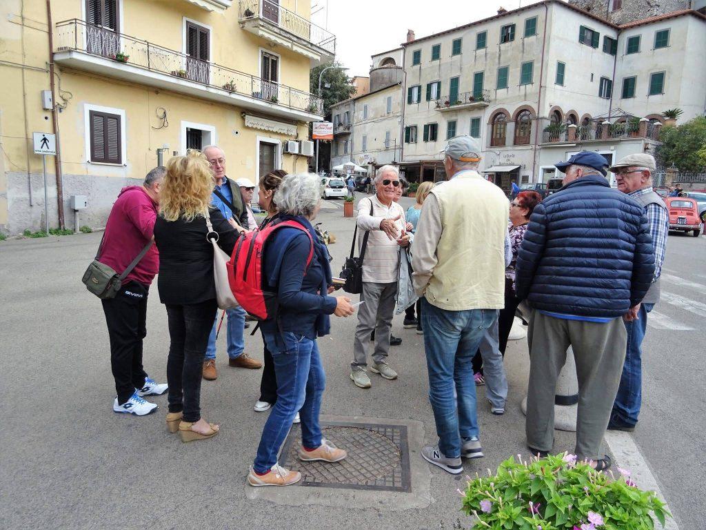 passeggiata di esplorazione civica con gruppo di persone che mappa la memoria comune nel centro storico