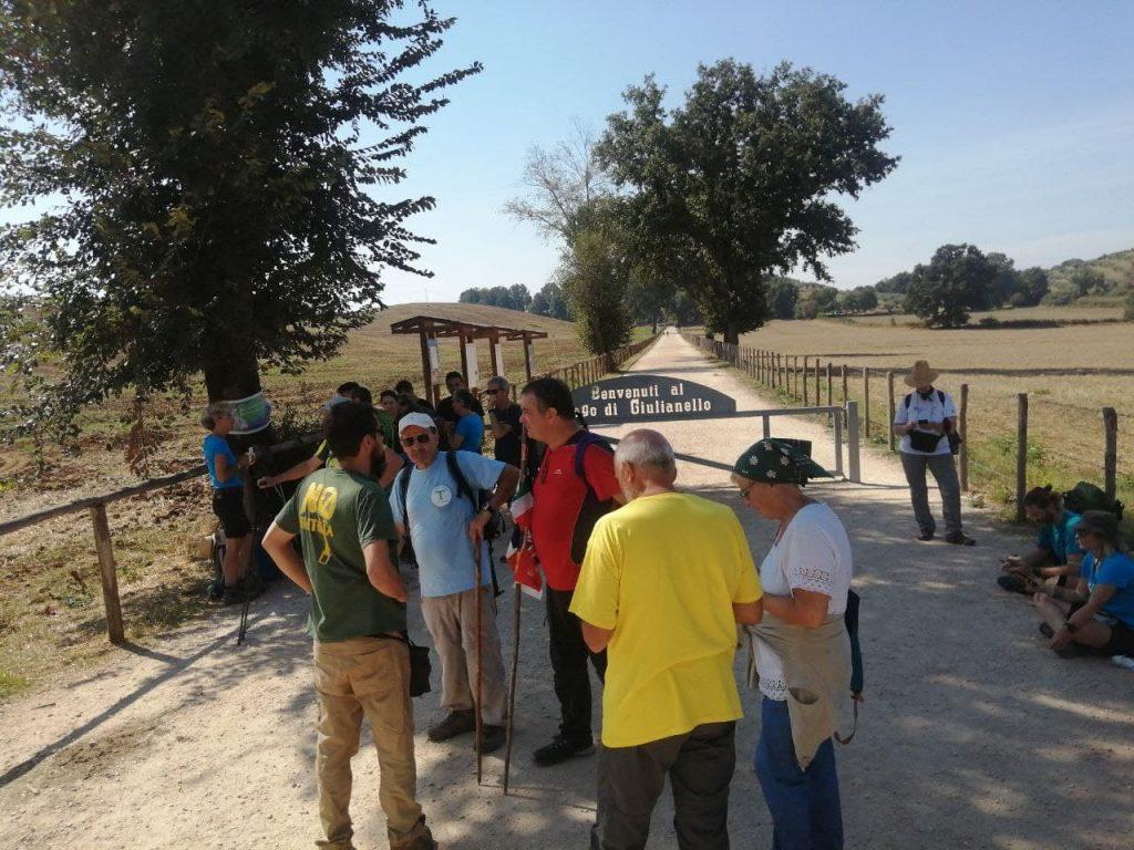 passeggiata di esplorazione civica con gruppo di persone che mappa beni naturali - nella foto la Via Francigena verso il lago di Giulianello (Ente Monumento Nazionale Lago di Giulianello)