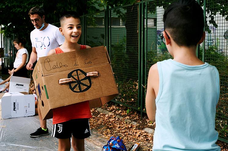 Bambini che costruiscono il Pedibus (o Piedibus) a Cori con materiale di riciclo
