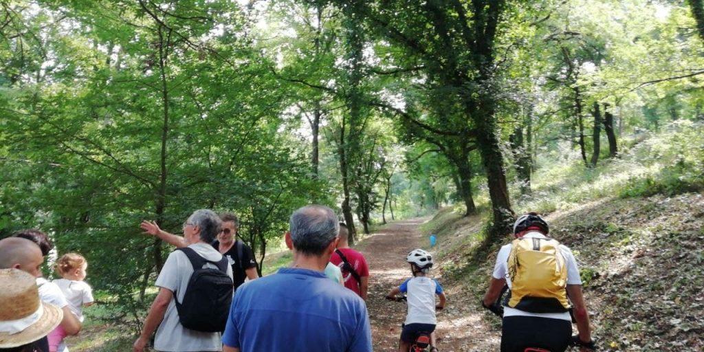 passeggiata di esplorazione civica con gruppo di persone che mappa beni naturali